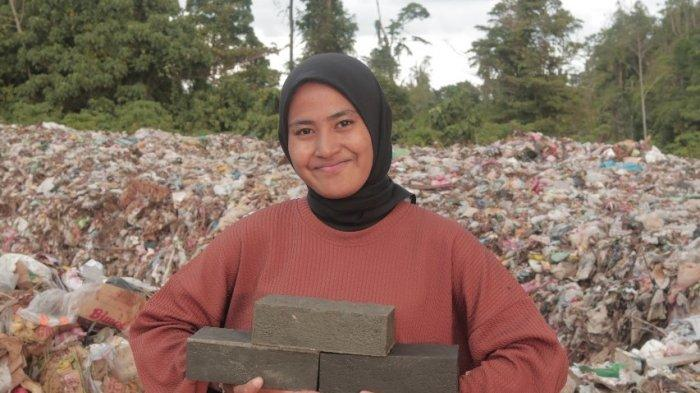 Pepelingasih Sulap Tumpukan Sampah di TPA Masohi Jadi Paving Block dan Ecobricks