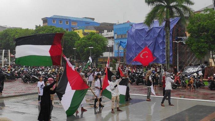 AMBON: Aksi Dukung Palestina di Pelataran Majid Al Fatah, Kota Ambon, Jumat (21/5/2021) siang.