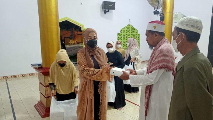 Ina Latu Maluku Sambangi Masjid Al-hijra, Bagikan Makanan Sahur