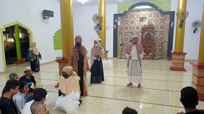 AMBON: Widya Murad Ismail dan rombongan membangikan makanan sahur di Masjid Al-hijra, Jumat (23/4/2021).