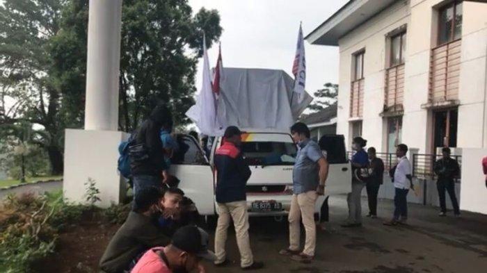 MALUKU: Aksi damai dari karyawan Hotel Imperial Inn dan The Natsepa Hotel di Kantor DPRD Kota Ambon, Kamis (23/9/2021) siang.