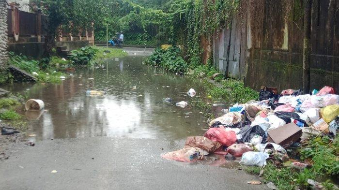 AMBON: Ruas jalan dikarang Panjang tepatnya belakang Stadion Mandala Kota Ambon tergenang air yang cukup parah, Kamis (23/9/2021)