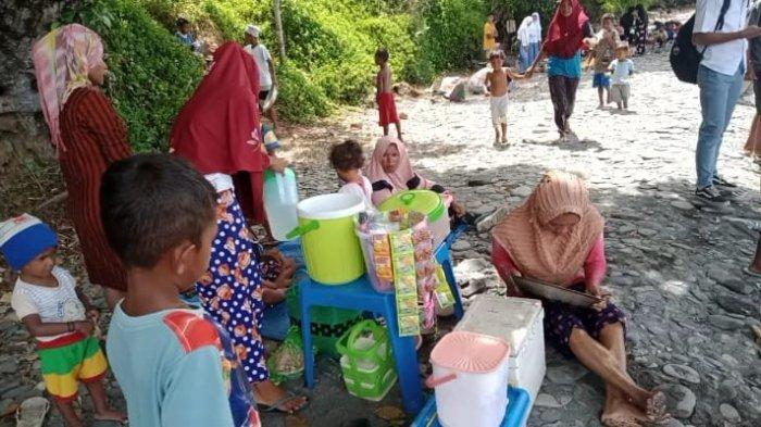 MALUKU: Lapak dadakan di pesisir pantai Tamilouw, Amahai, Maluku Tengah, rabu (24/3/2021).