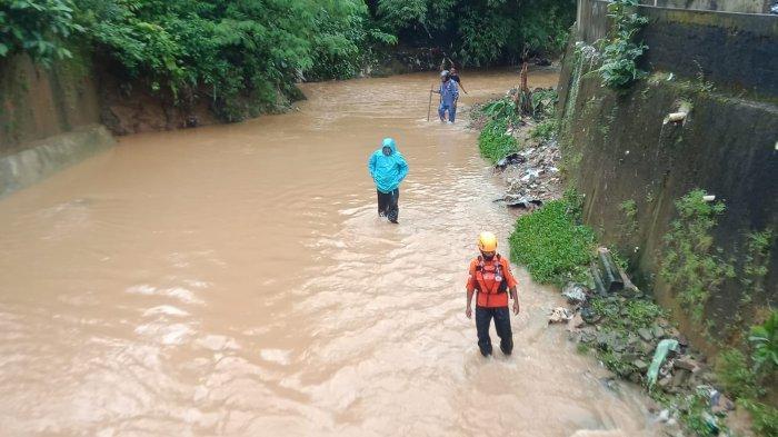 AMBON: Tim Basarnas Ambon melanjutkan pencarian Askar malik alias Naruto (6) bocah yang terbawa arus aliran sungai di Air Kuning, Batu Merah, Sirimau, Kota Ambon, Jumat (24/9/2021).