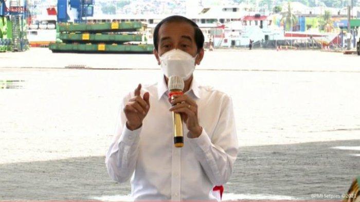 Jokowi Tinjau Vaksinasi dan Dengar Keluhan Pengusaha Ikan di Pelabuhan Yos Sudarso Ambon
