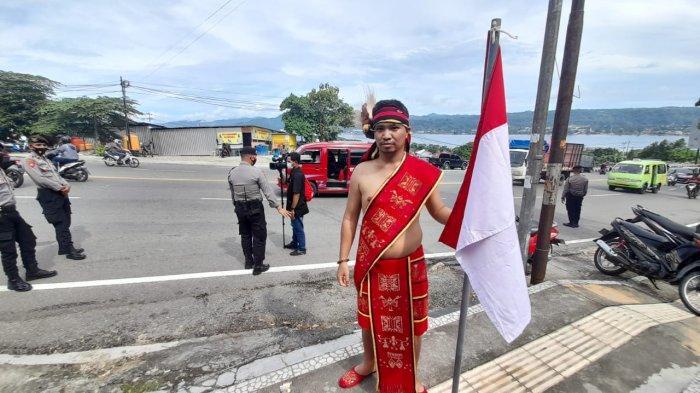 AMBON: Tiwery, pemuda MBD ini berjalan sendirian melintasi Jembatan Merah Putih (JMP), untuk menjemput Presiden RI, Jokowi, Kamis (25/3/2021) pagi sekitar pukul 08.30.