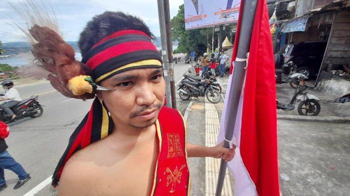 Sambut Presiden di JMP, Aksi Pemuda Berpakaian Adat Ini Dihalangi Aparat