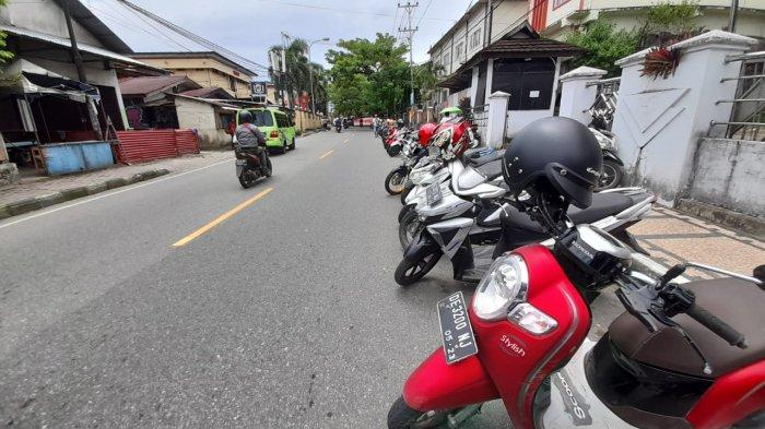 LALU LINTAS - Perempatan Jalan Pattimura dan Jalan Rijali. Jalur yang ditutup menggunakan road barrier berubah menjadi area parkiran, Selasa (26/1/2021).