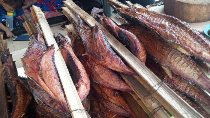Kuliner Ambon - Tampilan Ikan Asar di Pusat Oleh-Oleh di Galala, Sirimau, Kota Ambon, Rabu (27/1/2021).