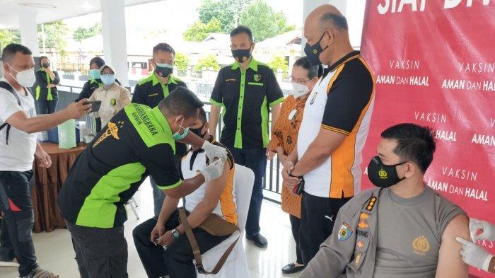 MALUKU: Ratusan personil Polda Maluku mengikuti vaksinasi Covid-19 yang digelar di lapangan Letkol Pol CHR Tahapary, Tantui, Kota Ambon, Minggu (28/3/2021) pagi.