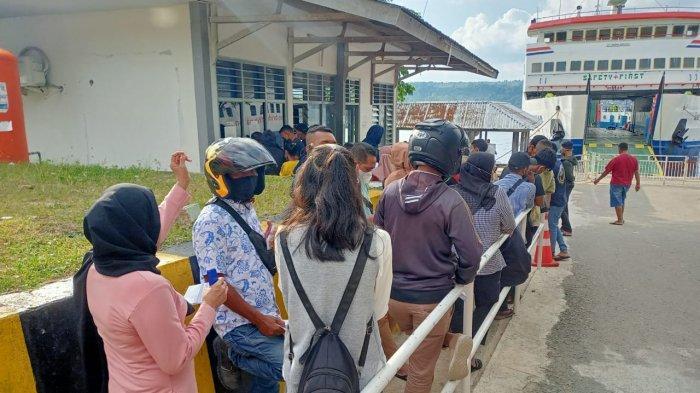 AMBON: Antrian panjang di Pelabuhan Ferry Galala, Ambon, Rabu (28/4/2021).