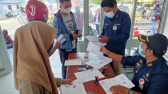 AMBON: Dalam kurun waktu dua minggu, sebanyak 10 ribu surat keterangan non-reaktif Rapid Test divalidasi di Pelabuhan Ferry, Galala Kecamatan Sirimau, Ambon, Rabu (28/4/2021).