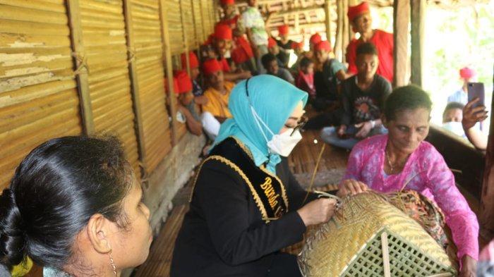 Piawai Merajut Anyaman Bambu, Widya Minta Hasil Kerajinan Suku Nuaulu Bisa Dipromosikan