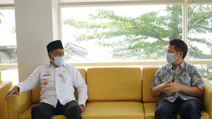 MALUKU UTARA: General Manager PLN MMU, Adams Yogasara (kanan) saat melaporkan kesiapan listrik untuk pelaksanaan STQ Nasional XXVI kepada Gubernur Maluku Utara, Abdul Ghani Kasuba (kiri).