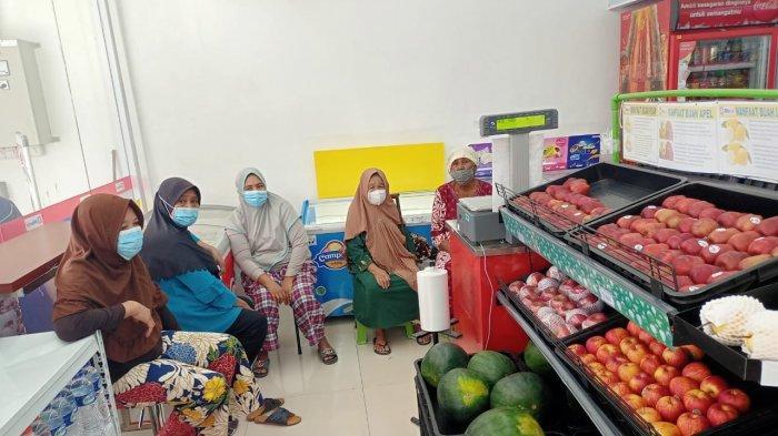 AMBON: Para ibu mengantri sejak pukul 10.00 WIT di outlet Alfamidi Syaranamual, Jumat (30/4/2021).