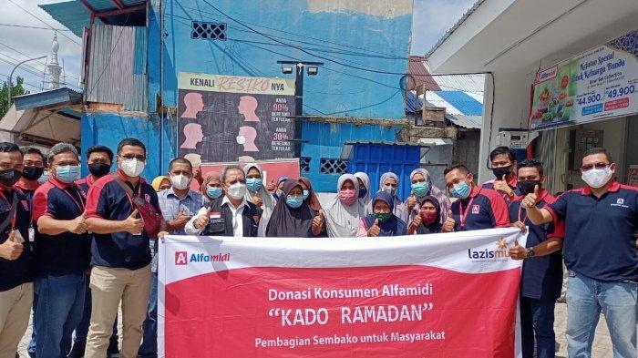 AMBON: Alfamidi Branch Ambon bagi-bagi sembako untuk warga yang kurang mampu di kawasan Desa Poka, Kecamatan Teluk Ambon, Kota Ambon, Jumat (30/4/2022) pagi...