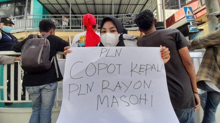 Pendemo: Pecat Kepala UPT PLN Masohi