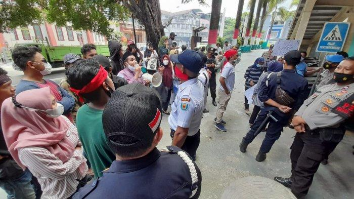 Protes Pemadaman Listrik, Pendemo; Kami Puasa, Kami Bertahan Disini