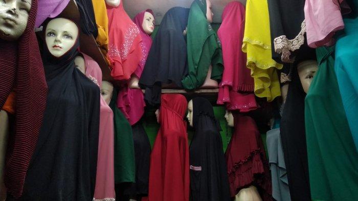 AMBON: Sebuah lapak jualan jilbab di Pasar Apung Mardika, Kota Ambon, Jumat (30/7/2021)..