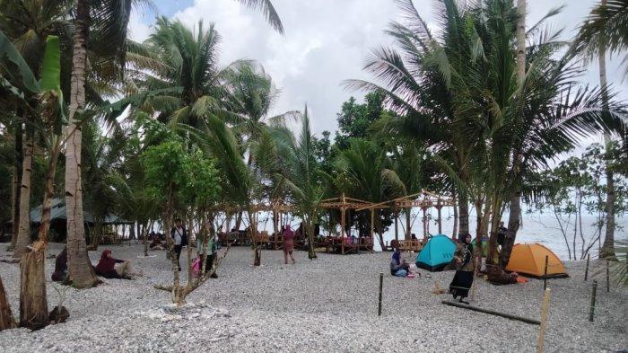 Hari Pertama Beroperasi, Pantai Henaiya di Maluku Tengah Ramai Dikunjungi Wisatawan