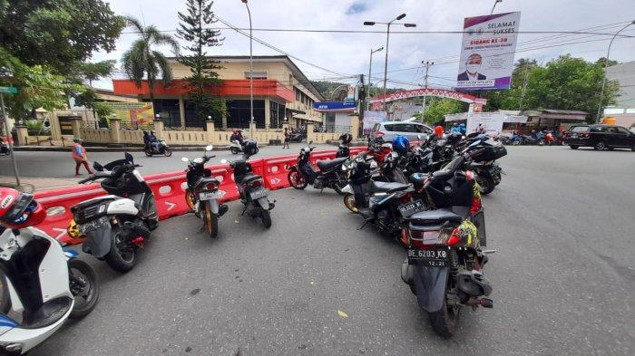 Dishub Ancam Gembos Ban Parkir Liar di Jalan Pattimura