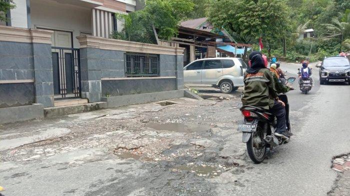 Jalan Rusak di Tanjakan Dua Ribu Stain - Ambon Diakui Bahayakan Pengendara