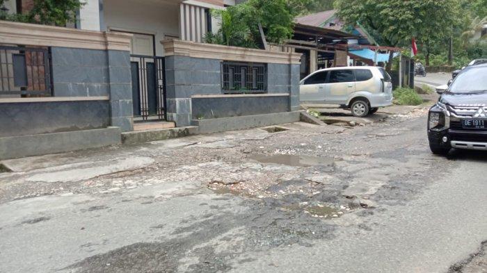 Kondisi jalan rusak di kawasan Tanjakan Dua Ribu Stain, Batu Merah, Ambon bahayakan pengendara, Selasa (31/8/2021).