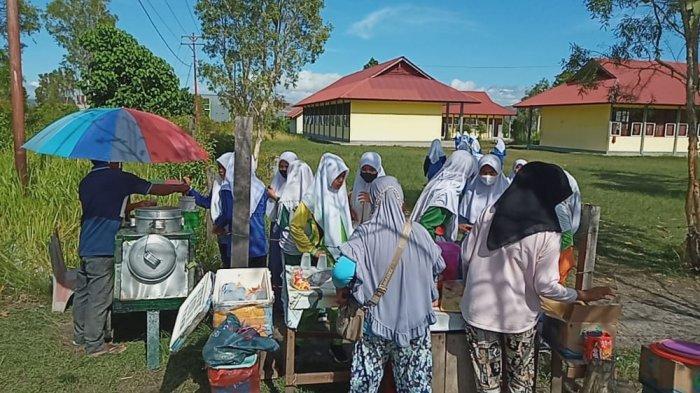 Sekolah Kembali Dibuka di Kabupaten Buru, Pedagang Kantin; Alhamdulillah Bisa Jualan Lagi