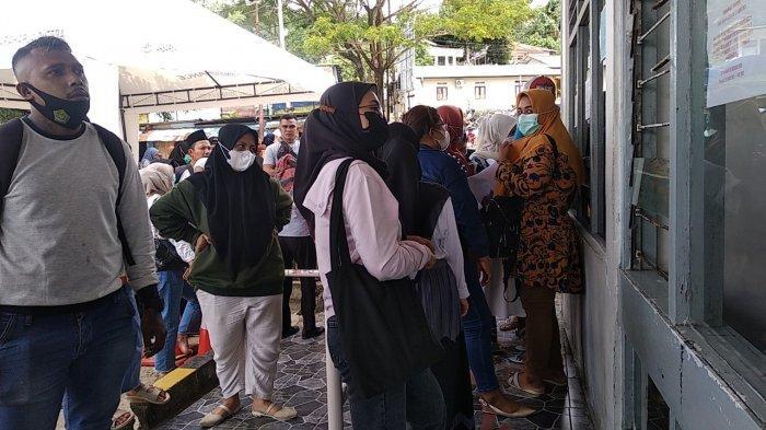 AMBON: Ratusan calon penumpang mengantri di pelabuhan kapal Ferry di Galala, Sirimau, Kota Ambon, Selasa (4/5/2021).