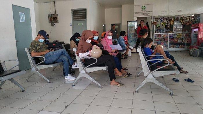 Rapid Test Antibody Ditolak, Perempuan Lansia Ini Menangis di Ruang Tunggu Pelabuhan Ferry Galala
