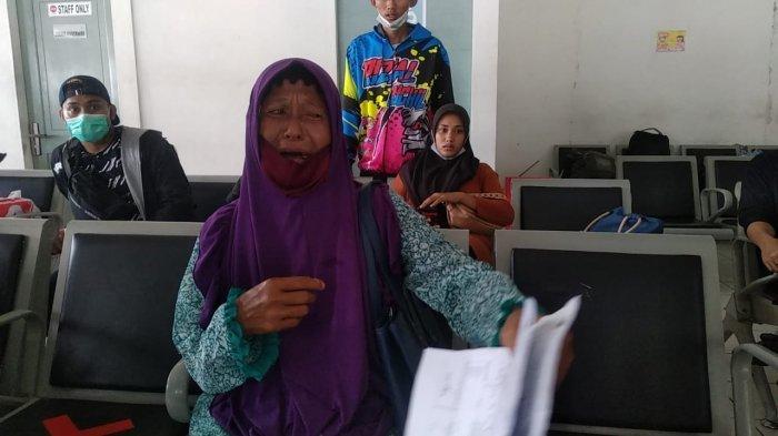 AMBON: Seorang calon penumpang rute Ambon-Namlea menangis di Pelabuhan Ferry, Galala, Sirimau, Ambon, Selasa (4/5/2021).