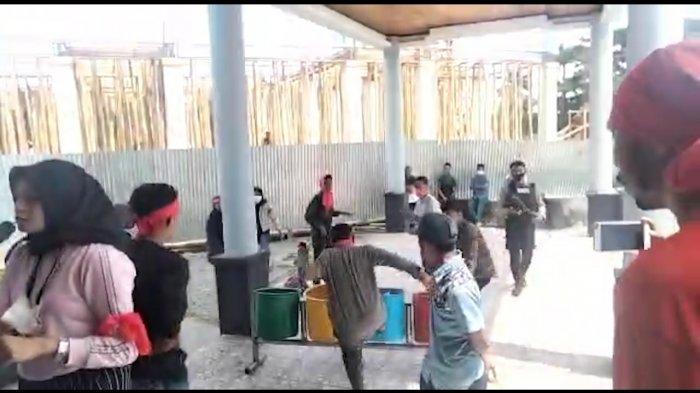 Tak Ditemui Anggota DPRD Maluku Tengah, Massa Rusak Fasilitas Kantor dan Nyaris Baku Hantam