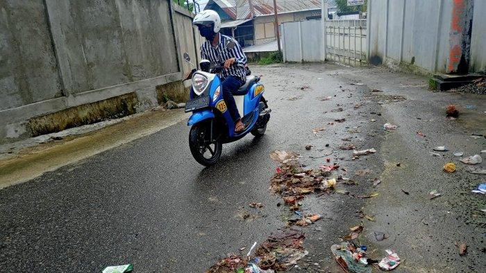 AMBON: Sampah berserakan di badan jalan di kawasan Gunung Malintang, Kota Ambon, Rabu (4/8/2021).