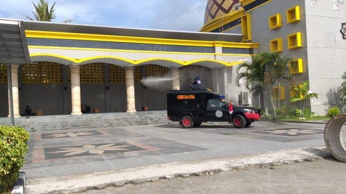 Sasar Dua Tempat Ibadah, KBR Brimob Polda Maluku Lakukan Penyemprotan Cairan Disinfektan