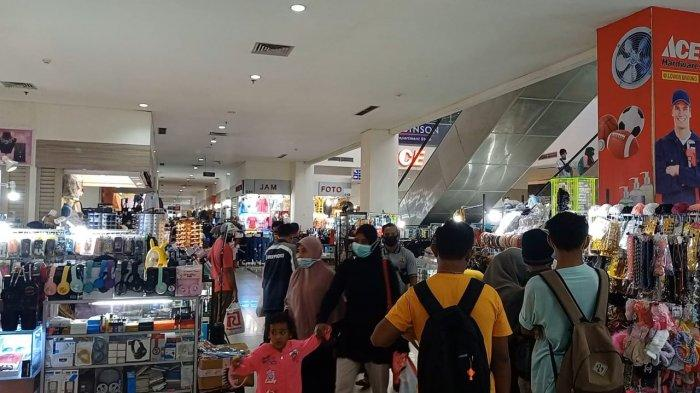 AMBON: Eskalator MCM disesaki warga yang berbelanja kebutuhan lebaran, Kamis (6/5/2021) sore.