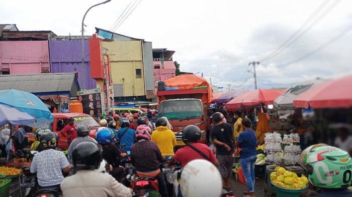 Mogok, Truk Pengangkut Barang Perparah Macet di Pasar Mardika