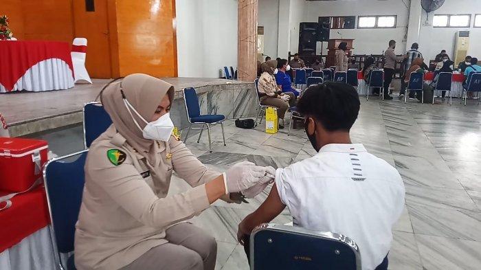 Warga Antusias Ikut Vaksinasi Covid-19 di Gedung Ashari Ambon, Termasuk Siswa Sebagai Syarat PTM