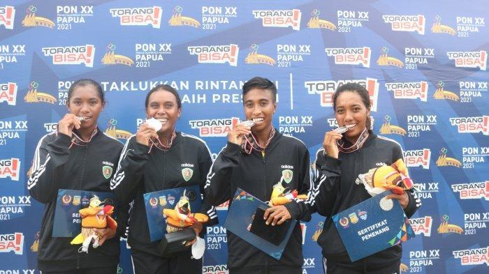 MALUKU: Para pedayung Maluku (dari kiri ke kanan) Issa Behuku/ Maria Bahy/Chelsea Corputty/Arni Pattipeiluhu berhasil meraih medali perak nomor rowing quadruple scull open putri PON XX/2021saat race final yang berlangsung di Teluk Youtefa, Kota Jayapura, Papua, Kamis (7/10/2021).
