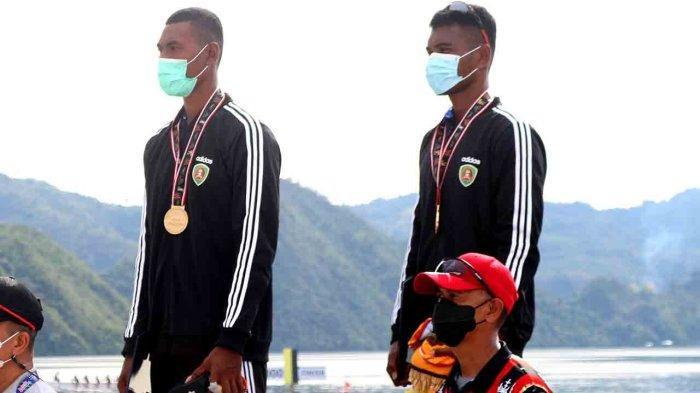 MALUKU:  Pedayung Asuhan Pattiiha (kiri) yang berpasangan dengan Memo meraih medali emas di nomor rowing double scull open putra PON XX/2021 di Teluk Youtefa, Kota Jayapura, Papua, Kamis (7/10/2021).