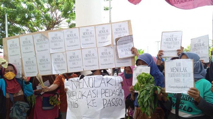AMBON: Pedagang kaki lima berunjuk rasa sambil memegang barang dagangan di Halaman depan Balai Kota Ambon, Senin (7/6/2021)..