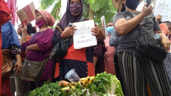 Enggan Relokasi ke Pasar Transit Passo, Pedagang Kaki Lima Bawa Barang Dagangan Saat Demo