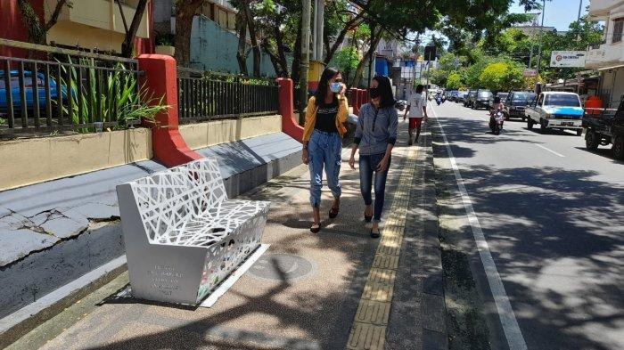 AMBON - Dibuat untuk mempercantik tampilan kota, sebuah bangku taman di Jl Ian Paais, Kecamatan Sirimau malah berubah menjadi tempat sampah, Selasa (9/2/2021).