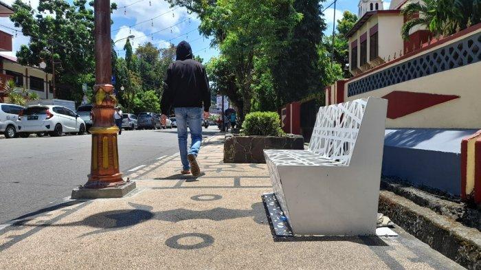 Pemkot Ambon Tempatkan Bangku Berbahan Metal di Jalanan Pusat Kota, Gantikan Kursi Kayu
