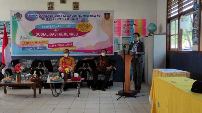 Kemenkeu Maluku Salurkan Bantuan Perlengkapan Sekolah Bagi 5 Sekolah di Kabupaten Maluku Tengah