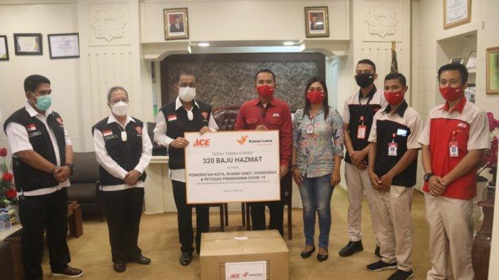 ACE Hardware Cabang Ambon Donasikan 320 Baju Hazmat untuk Pemkot Ambon
