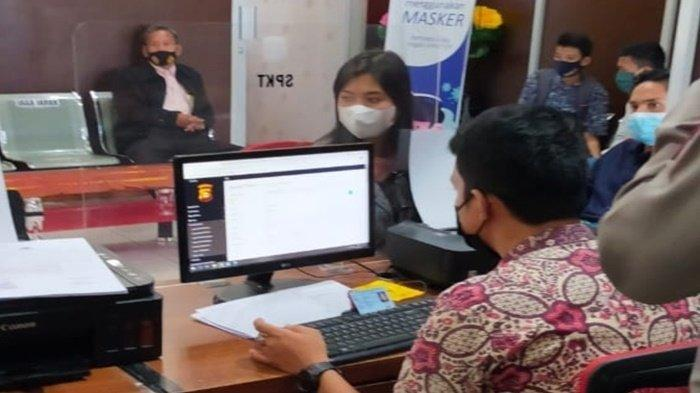 Ade Tia saat melapor ke Polrestabes Palembang