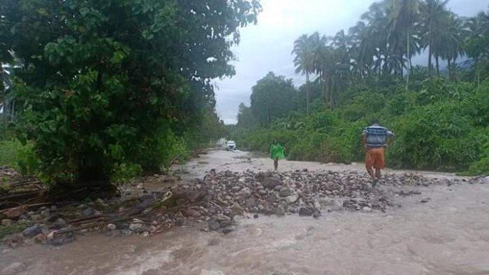 Air Sungai Waetuma Maluku Meluap hingga Ruas Jalan Lintas Seram, Pengendara Motor Kena Dampak
