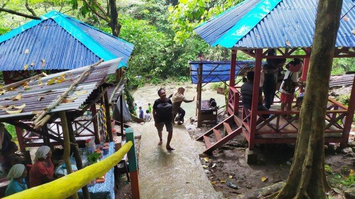 Air terjun Talaga Pange, Dusun Taeno, Kecamatan Teluk Ambon, Kota Ambon kembali dibuka. Wisata alam itu ramai dikunjungi wisatawan domestik di akhir pekan, Minggu (13/09/2020)