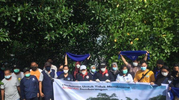 Tim Bantuan Medis (TBM) Fakultas Kedokteran Universitas Pattimura Ambon melakukan aksi bersih-bersih di Pantai Lateri, Kecamatan Baguala, Kota Ambon, Sabtu (17/4/2021) pagi.