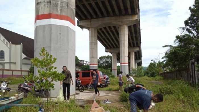 Pemuda Maluku Angkut 20 Karung Sampah dari Bawah Jembatan Merah Putih